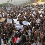 Marcheurs dans les rues de Bamako